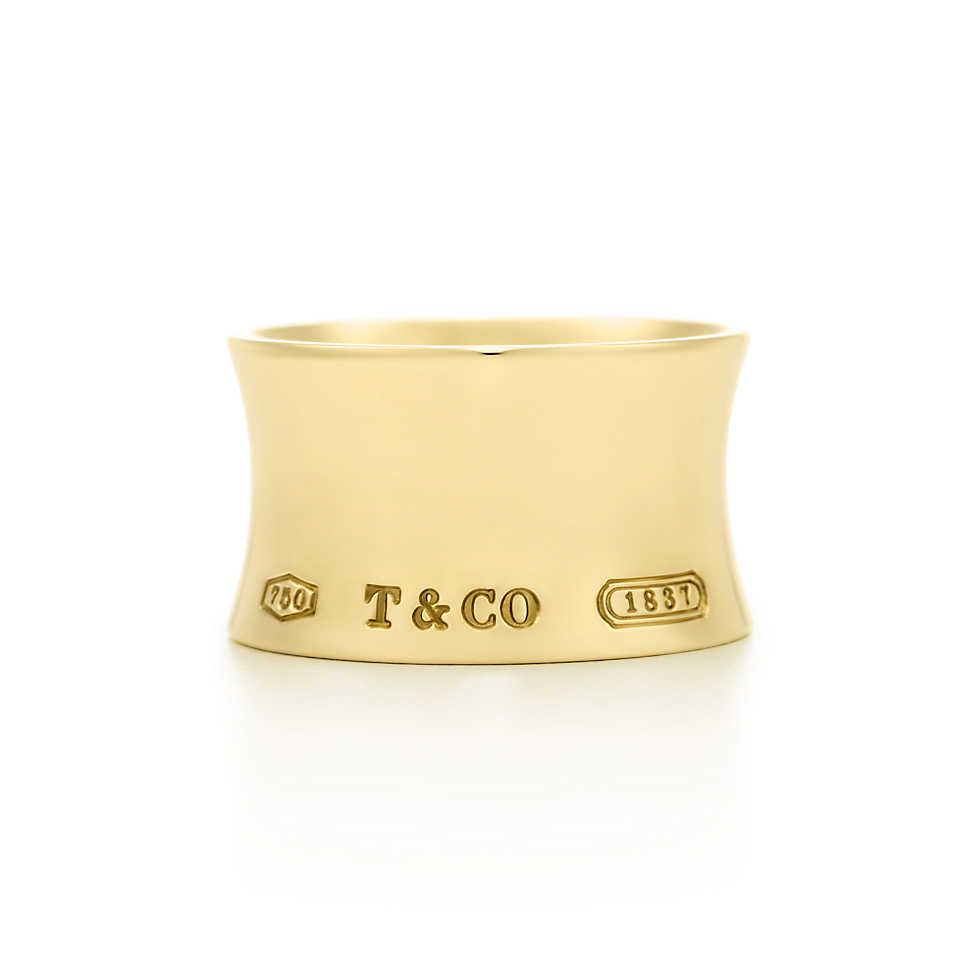 Tiffany 1837™ wide ring in 18k gold.