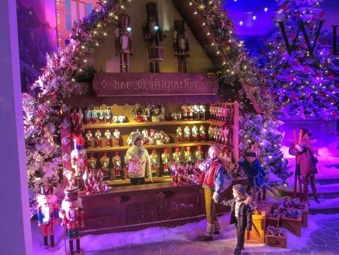 Mesmerizing animated window at Lord & Taylor