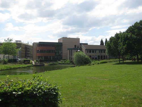 Gemeentehuis Simpelveld vanuit park gezien