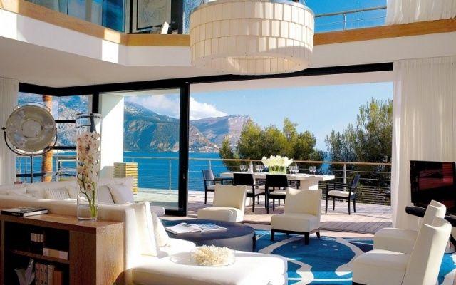 exotische villa-wohnzimmer gestaltung-hohe decke-niedrige sessel ...