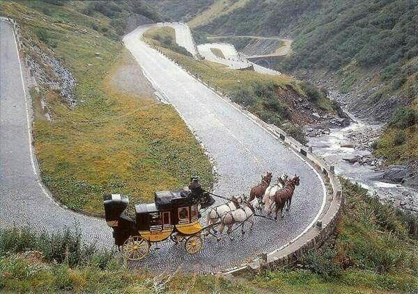 La diligence sur la Tremola, ancienne route reliant le village de Airolo au col du Gothard.