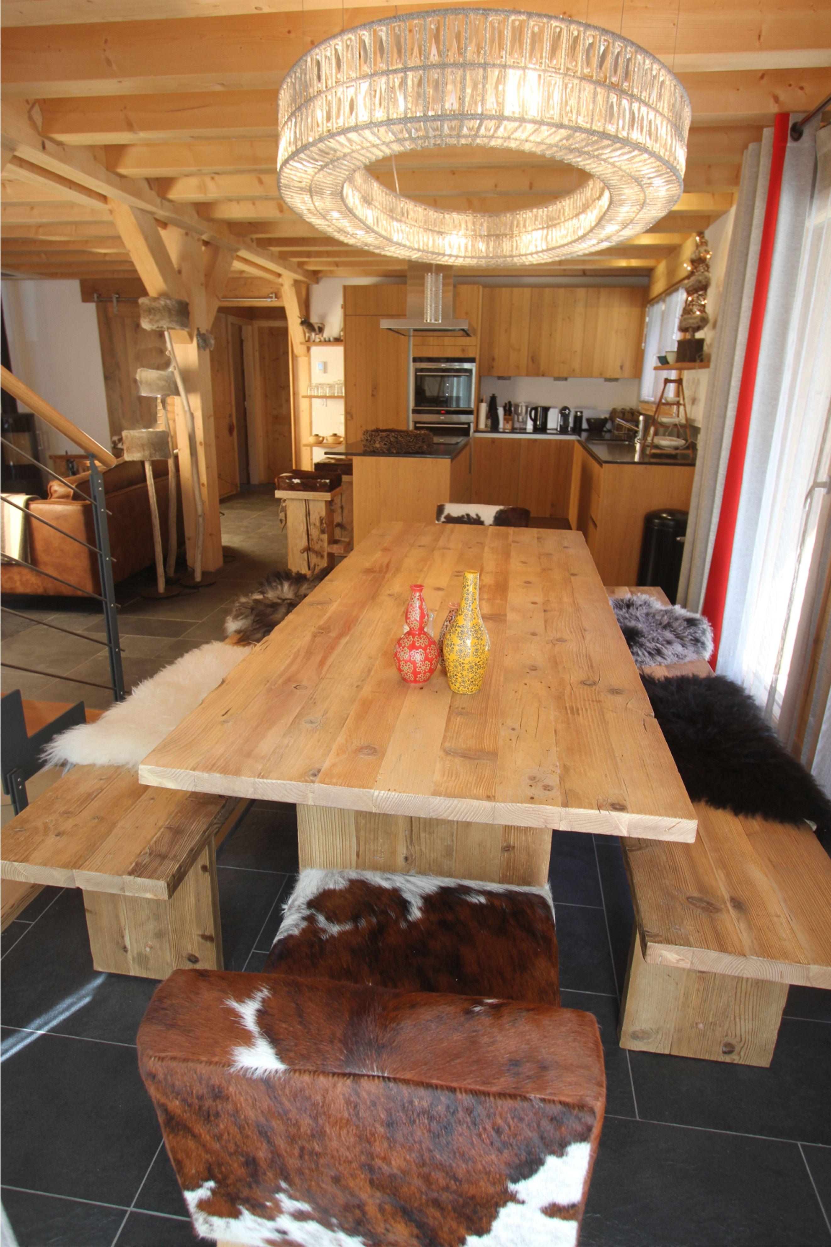 Table Et Banc En Vieux Bois Fabrique Dans Notre Atelier A Montriond En Haute Savoie Fabricationartisanale F Table Salle A Manger Salle A Manger Deco Montagne