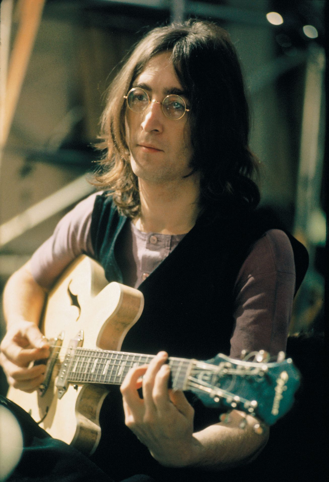 John Lennon This Epiphone Casino Guitar He S Playing Used To Have Paint On It But He Sanded It Off And Spray Painted The Back For Muzikanten Gitaristen Mensen