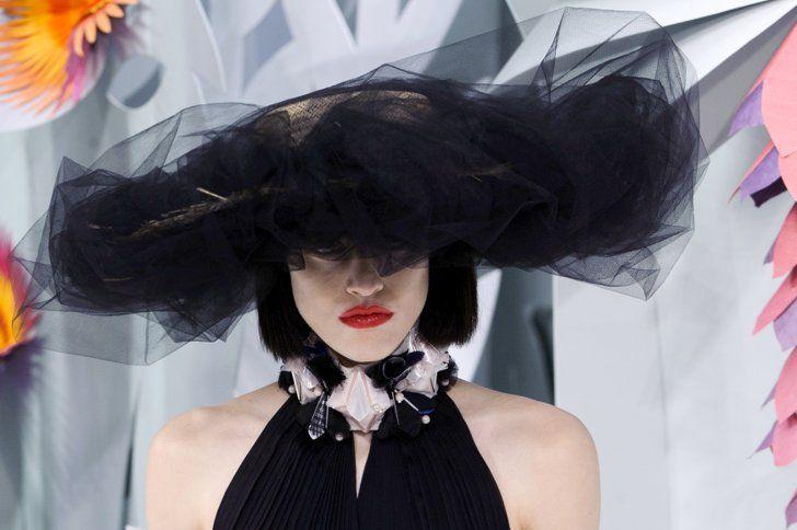 Pin for Later: 23 Choses Que Vous Ne Saviez Sans Doute Pas à Propos de Chanel Coco Chanel a débuté en tant que chapelier en 1909.