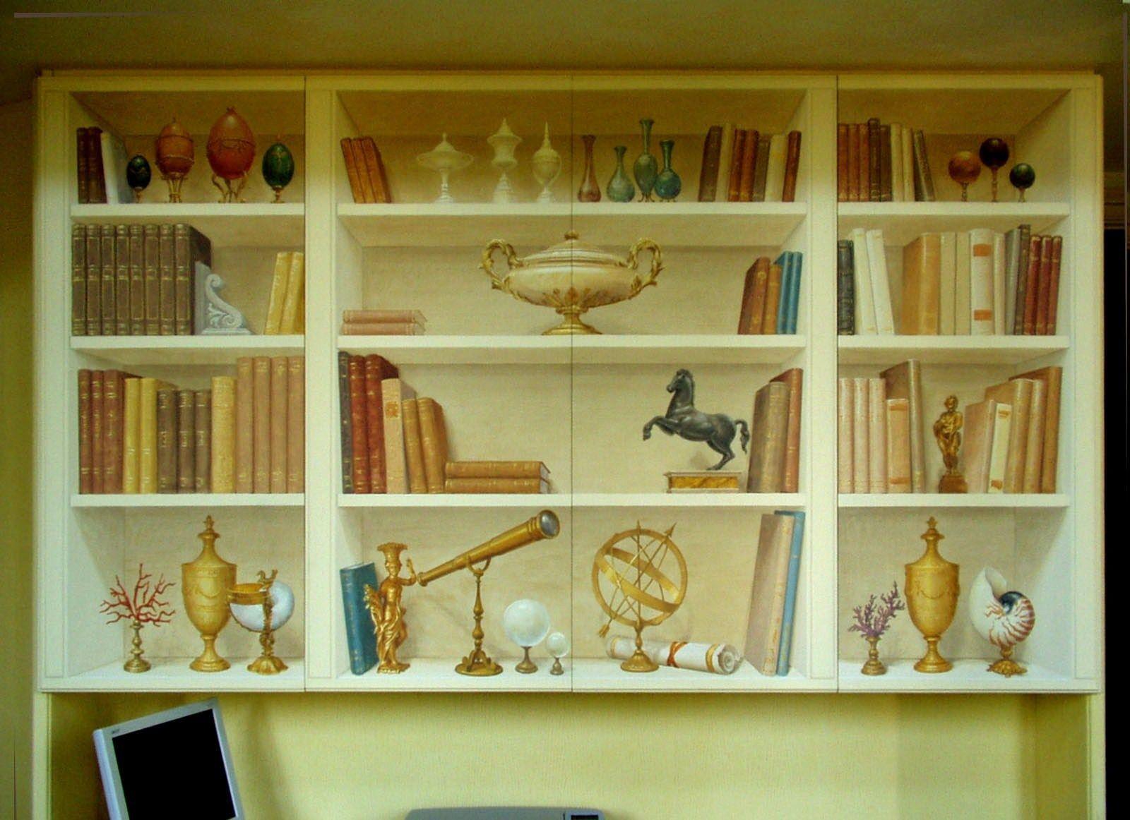 TROMPE L'OEIL finta libreria con antichità. www