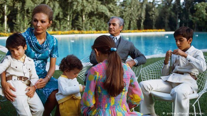 توضیح عکس: محمدرضا شاه، فرح پهلوی و فرزندانشان در باغ کاخ نیاوران. تاریخ ۱۹۷۳.