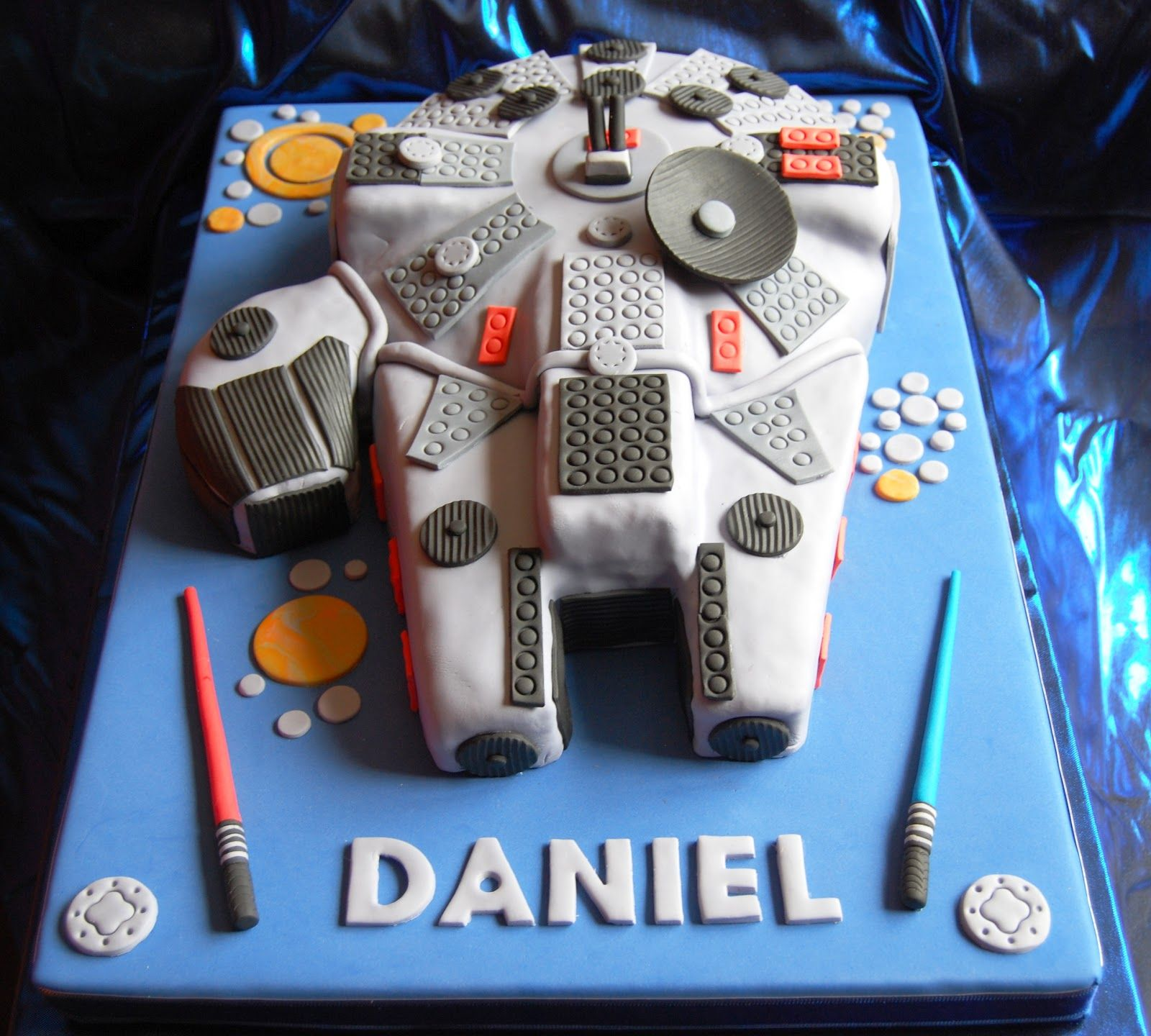Cada tarta que hago es un nuevo reto para mí, porque lo bueno de esto, es que casi  nunca repites tarta, al no ser los super conocidosperso...