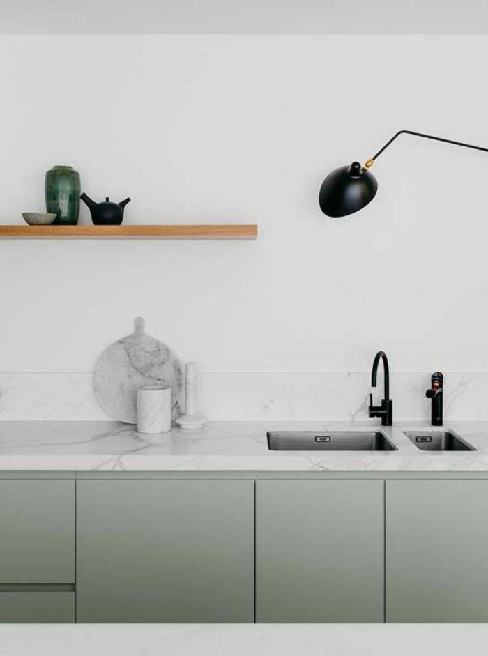 Küche mit minimalistischem Design, weiße Marmortischplatte ...