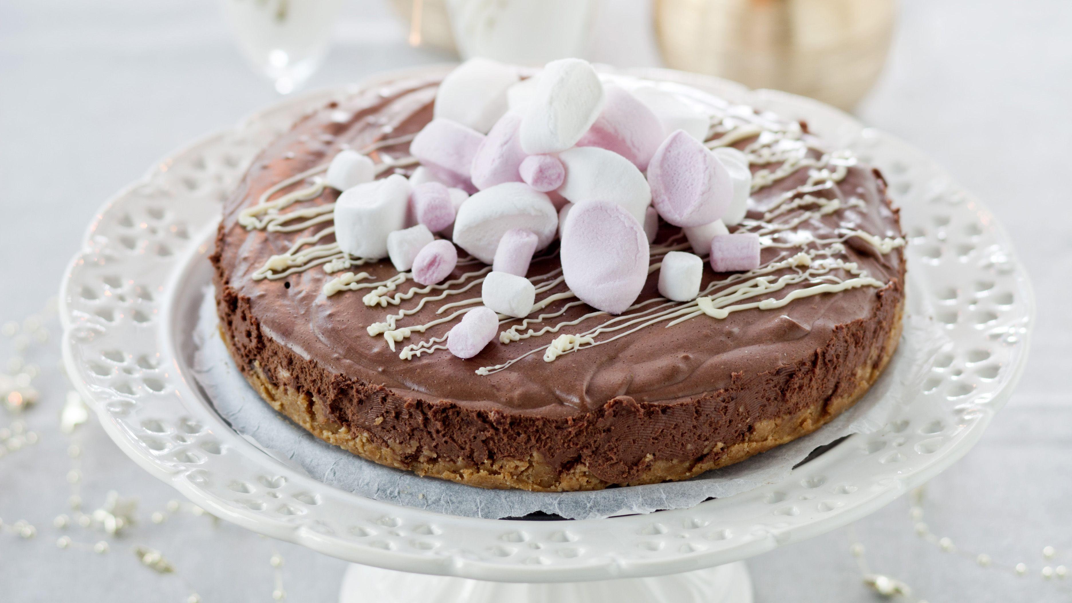 Suklaajuustokakku maistuu suklaalle ja appelsiinille. Kakku hyytyy osittain suklaalla ja osittain liivatelehdillä.