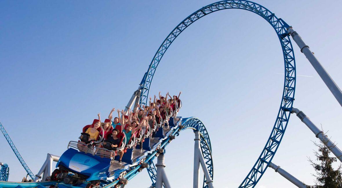 Blue Fire Megacoaster Powered By Gazprom Europa Park Freizeitpark Erlebnis Resort Freizeitpark Felslandschaft Achterbahn