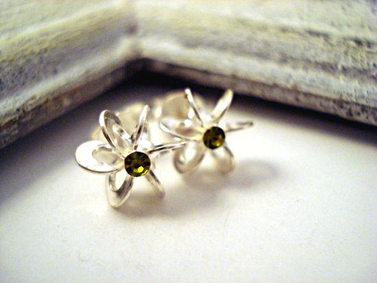 Wunderschöne+kleine+Begleiter+für+jeden+Tag:+Sterling+Silber+925+gestempelte+Ohrstecker+in+Schlaufen-Blüten+Form.+In+der+Mitte+ein+grüner+Zirkonia+Ste