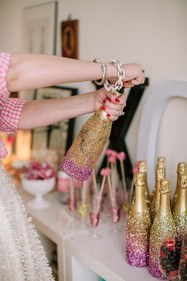 glitter champagne bottles for parties - awesome! Manualidd decorar botellas de champagne o cava con purpurina de colores para fiestas juveniles