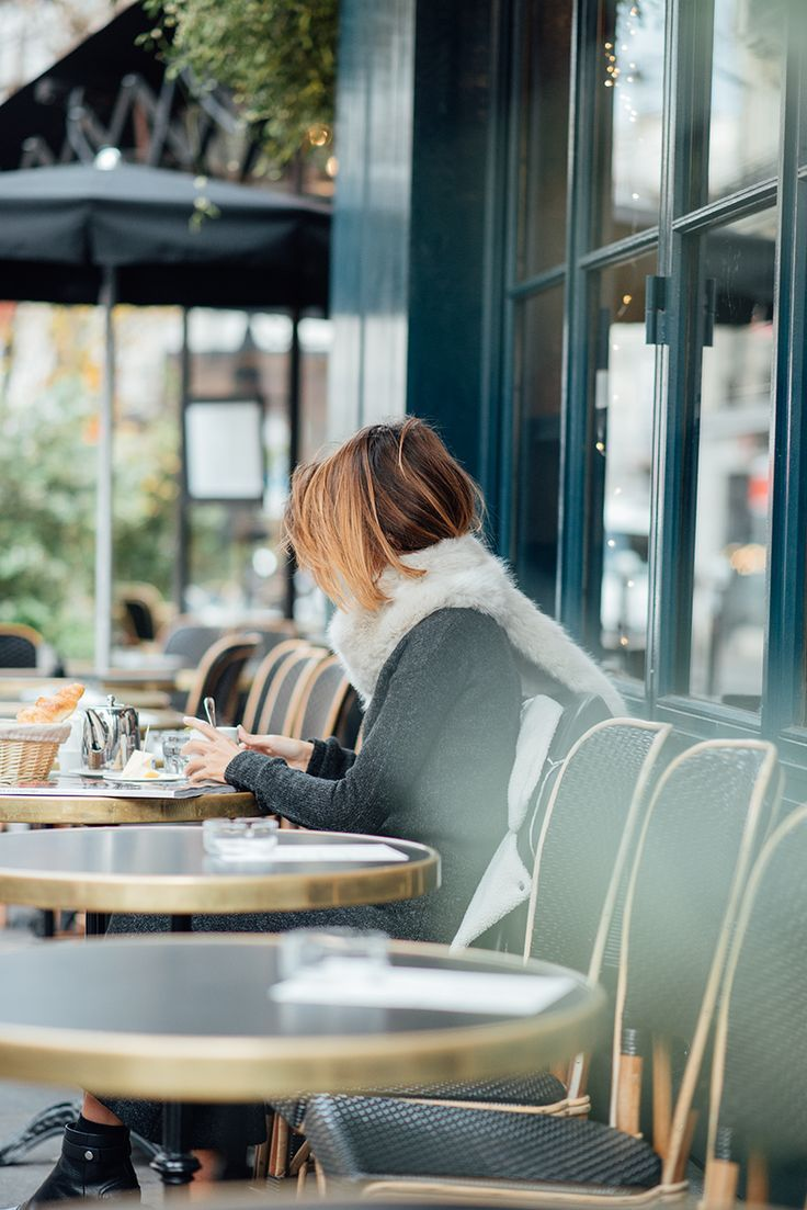 Фото в кафе за столиком без лица