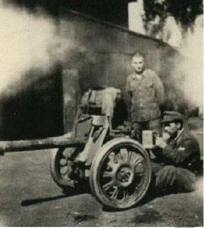 El ejercito aleman habia desarrollado un pequeño cañon antitanque el Raketenwerfer 43 que disparaba un cohete de 88 mm.