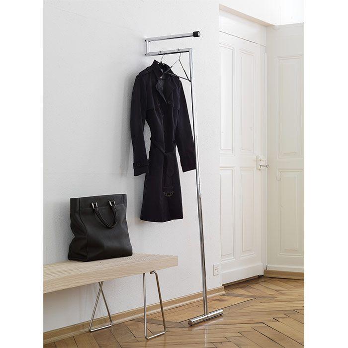 The light wardrobe Snap by MOX leans casually against the wall and can be rearranged quickly and easily. Design 2004 by #BeatGlässer. – In Windeseile umplatziert: Die leichte Anlehngarderobe #Snap von MOX lässt sich überall und völlig unkompliziert aufstellen. Sie wurde 2004 von Beat Glässer designt. | bestswiss.ch