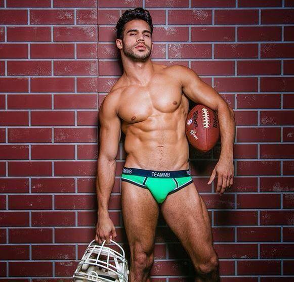 Dançarino Willie Gomez, de Britney, tira toda a roupa e posa para a revista gay DNA.