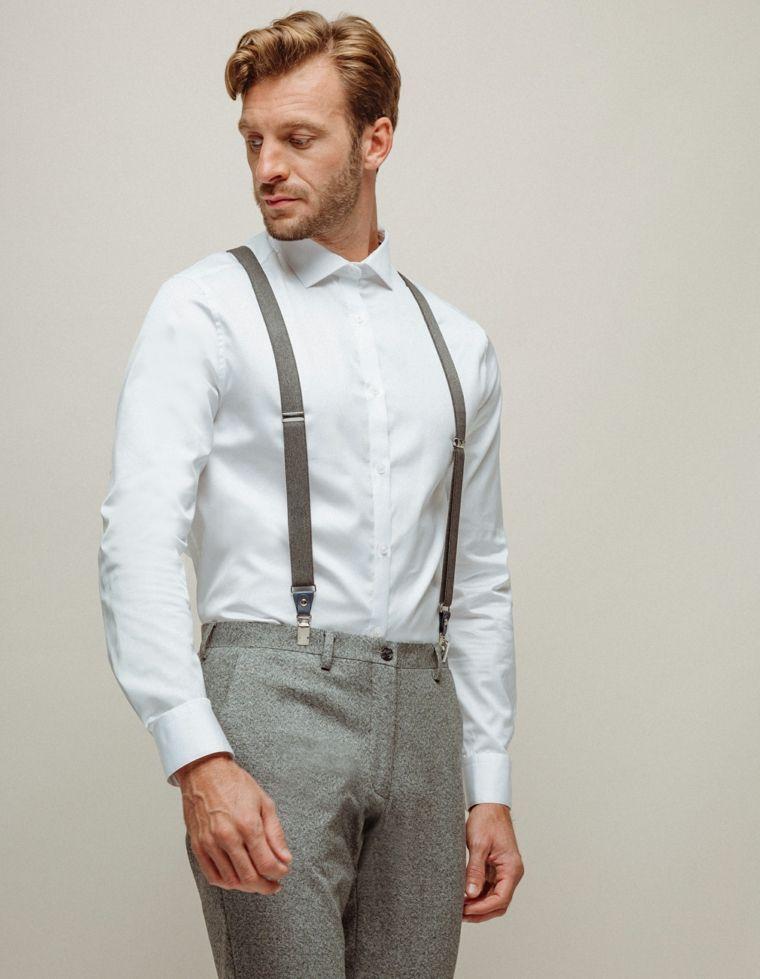 58ac547b9ace Uomo vestito molto elegante per un matrimonio, pantalone grigio e camicia  bianca
