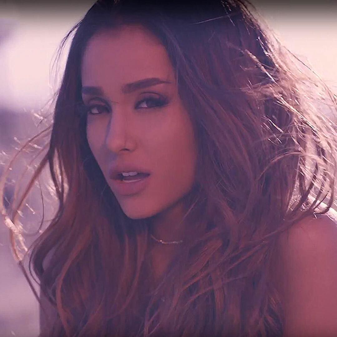 Arianagrande Is Letting Her Hair Down The 22 Year Old Ditches Her
