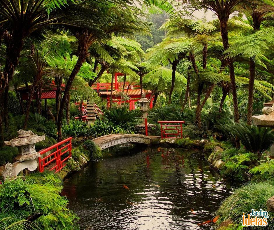 Pontes sobre a água, diferentes espécies de árvores e um lago de carpas. O jardim japonês é o espaço ideal para curtir a natureza, relaxar e esquecer de todos os problemas. Lindo, né? <3