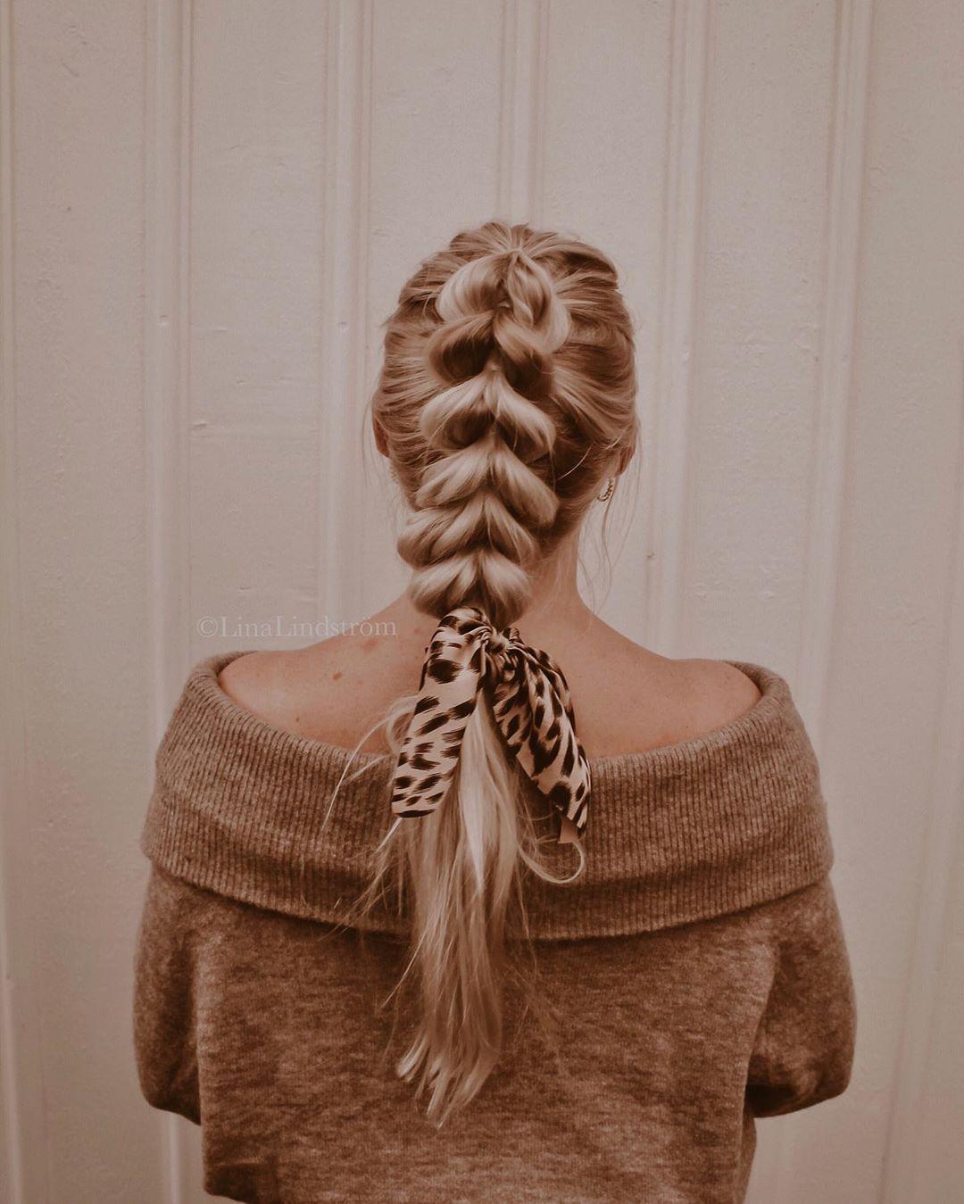"""Photo of 𝐋𝐈𝐍𝐀 𝐋𝐈𝐍𝐃𝐒𝐓𝐑𝐎̈𝐌 on Instagram: """"Pullthrough braid with scarf ➰🌚 ~ Vad tycker ni om denna frisyr? ~ Som jag längtar efter hösten nu! Jag trivs bäst i svalare luft, stickade…"""""""