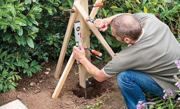 Zaunpfosten Einbetonieren Selbst De Zaunpfosten Zaun Dachschragenschrank