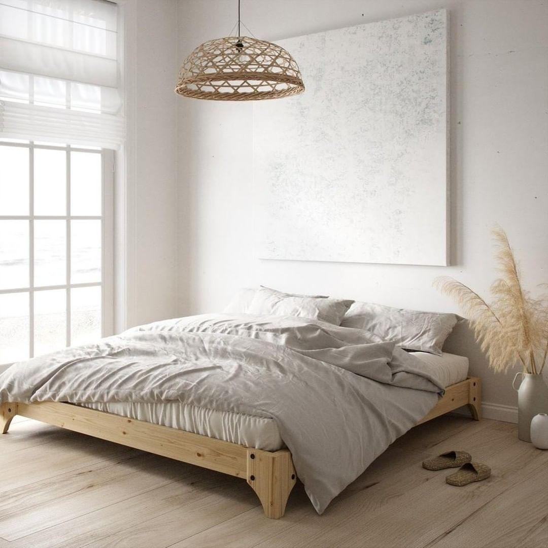 Vacker sängram i furu som kompletterar ett ljust och