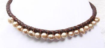 Halskette aus Leder mit Perlen