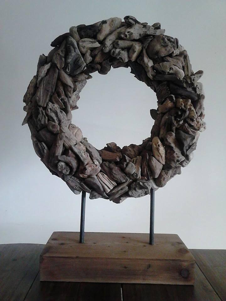 Driftwoodkrans op standaard 71 x 52 cm