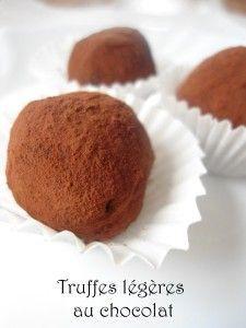 Bonjour, Les températures ont chuté et j'ai donc réalisé des petites truffes légères . Les premières de la saison ! Cette recette est vraiment très simple et très rapide. Le résultat est délicieux, fondant en bouche et très chocolaté. Pour un petit cadeau...