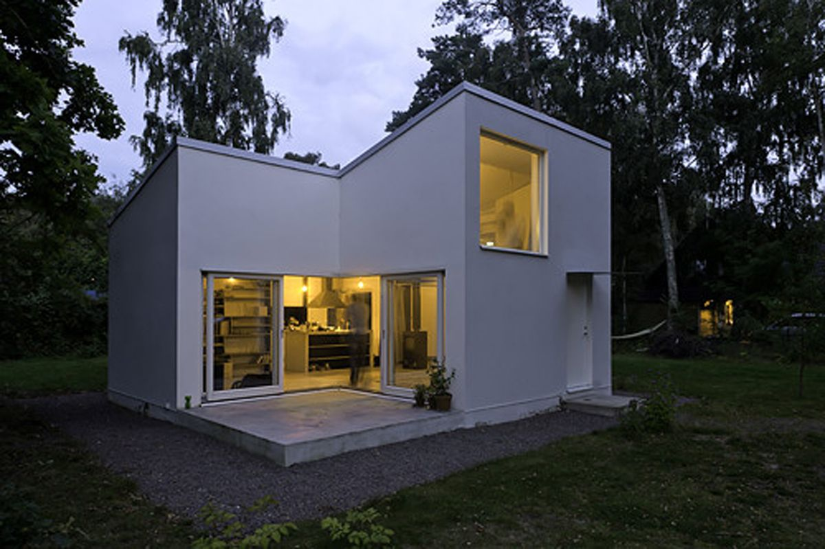 House unique modern in a small lot urban homes with style for Minimalist house architecture