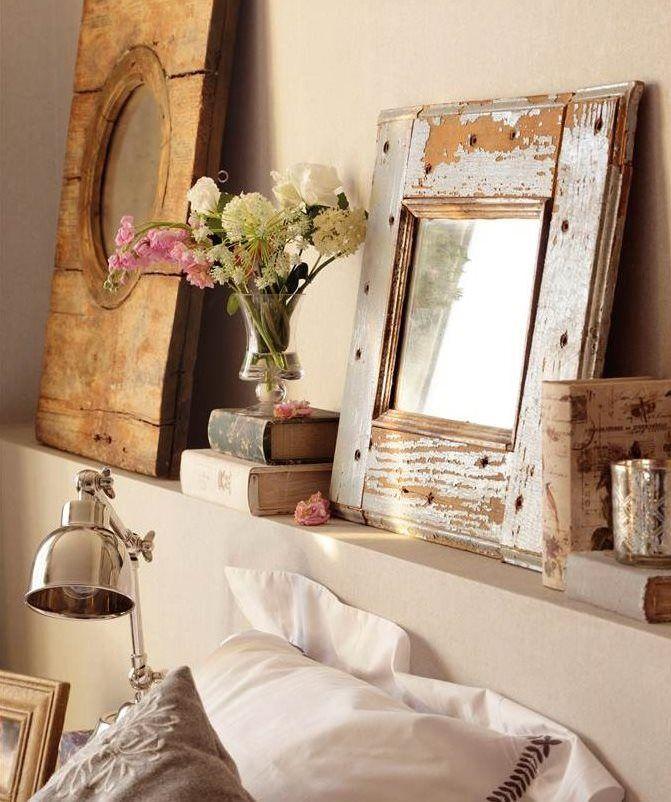 espejos con marcos de madera decapada apoyados en una ...