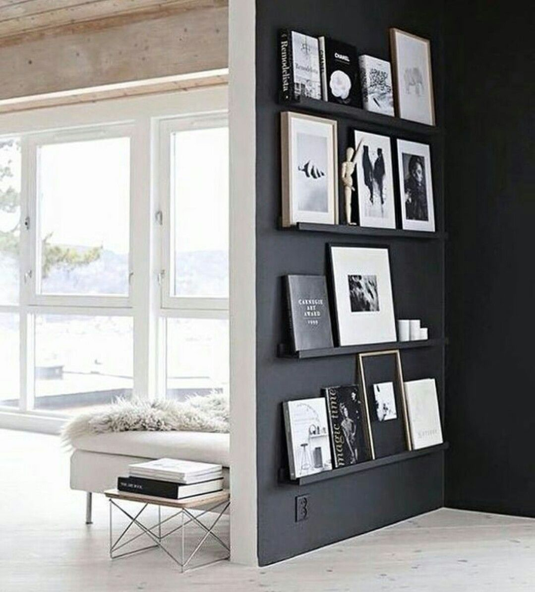 Schapjes Voor Aan De Muur.Zwarte Wand Met Schapjes Voor Fotolijsten Living Black Feature