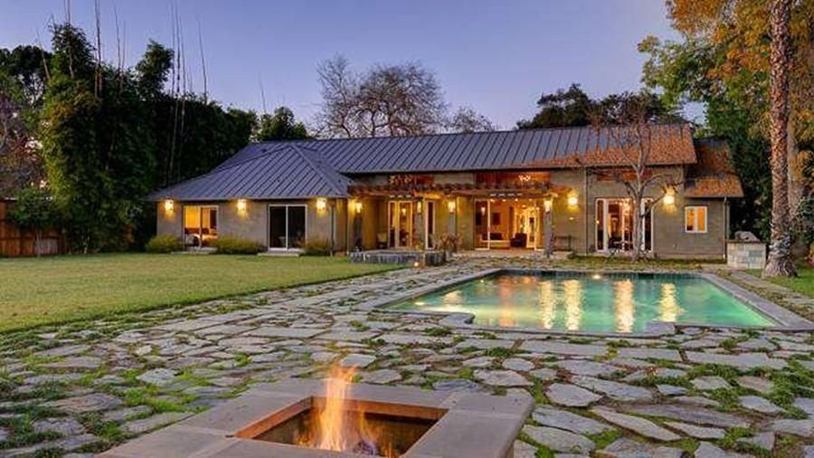 For 5m Meghan Trainor Buys Former Carriage House Of Megan Fox Bing Crosby American Luxury House Celebrity Houses House Styles