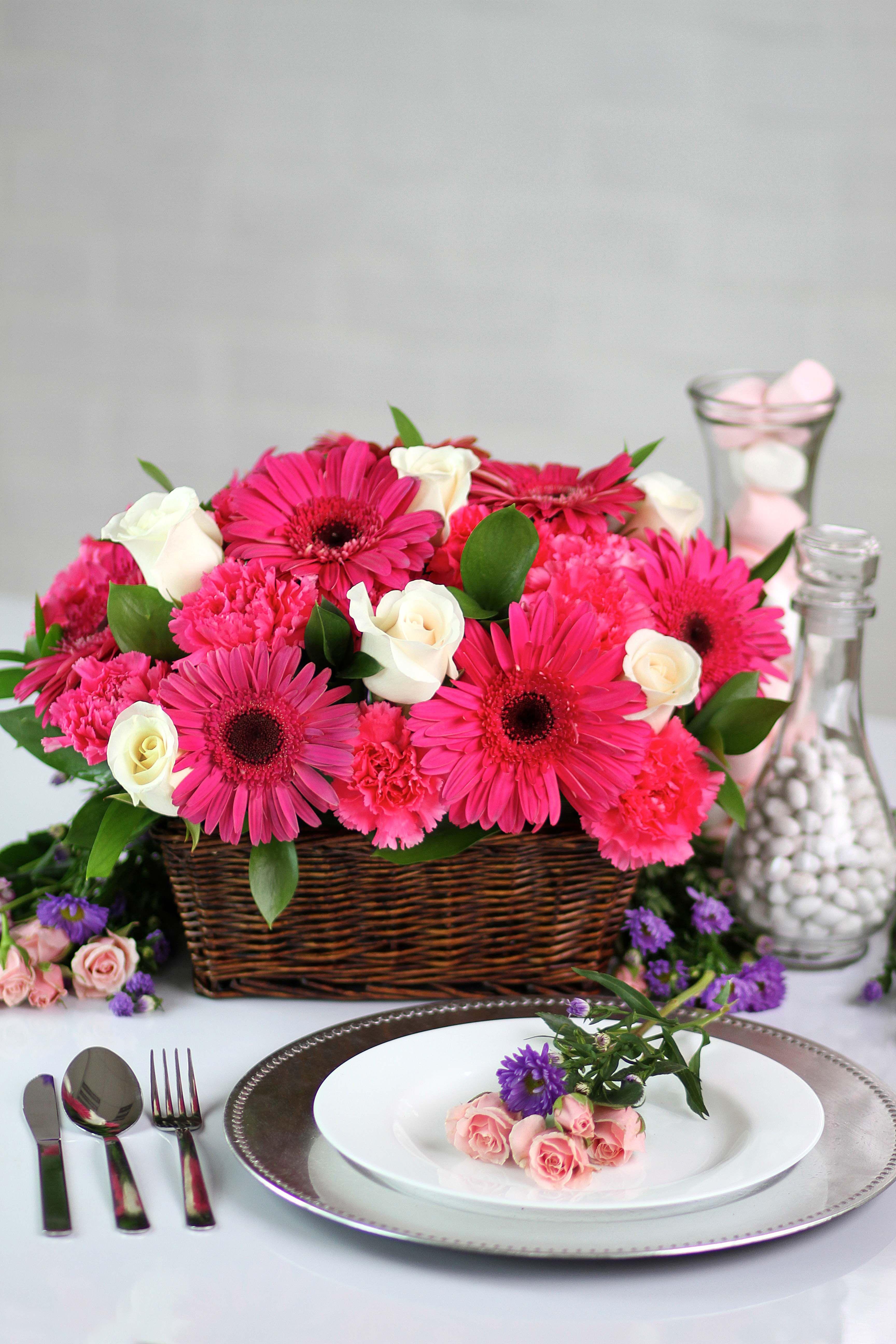 Un Hermoso Arreglo Floral En Canasta Para Decorar Tu Mesa