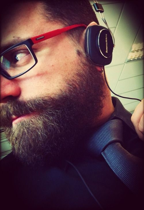 Lentes, audífonos, corbata.