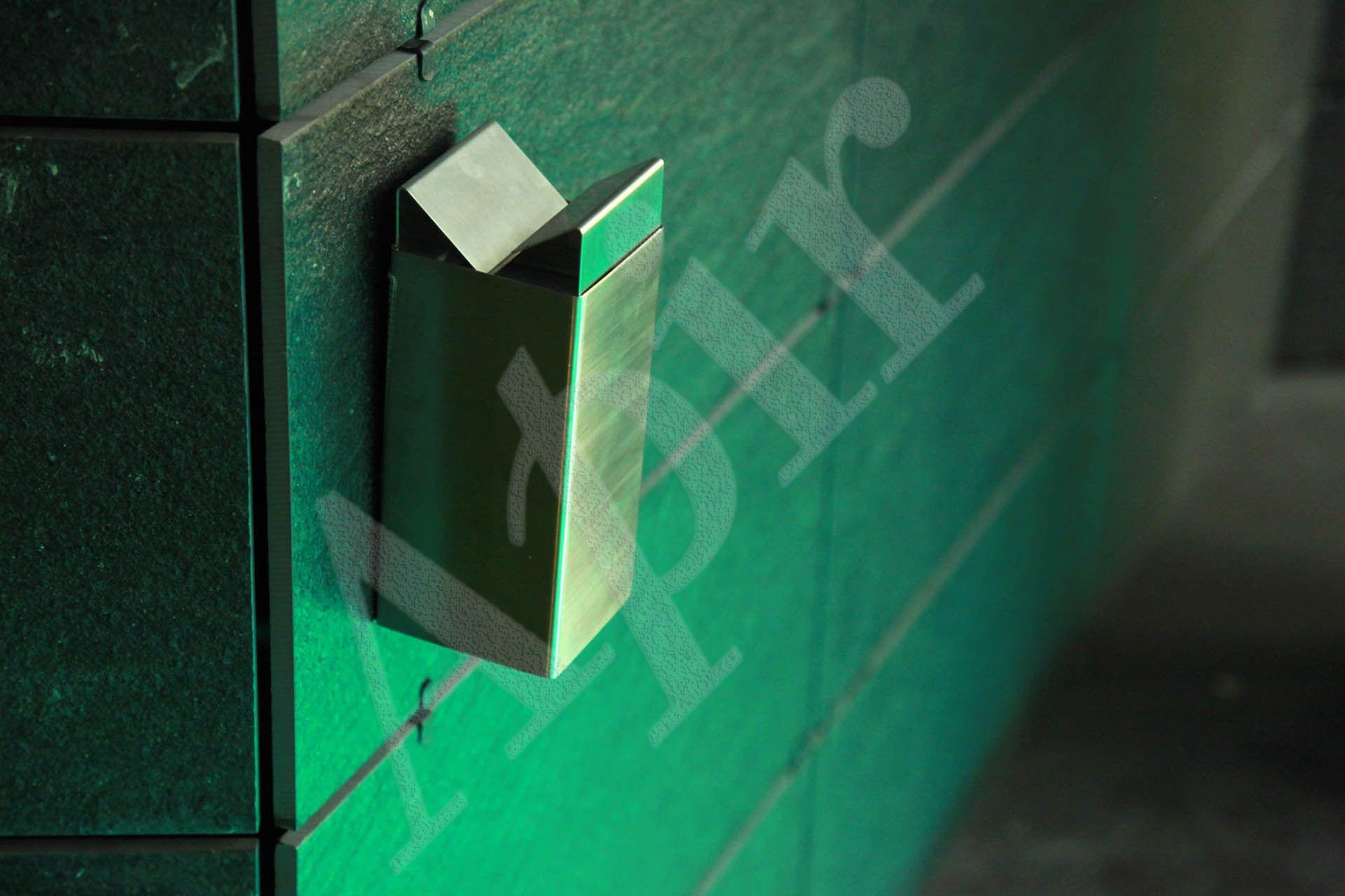 Posacenere a muro in acciaio inox.