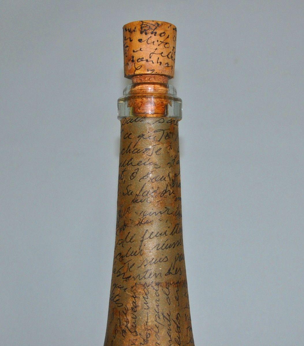 Reciclagem de garrafas, trabalhada com colagem, pode ser utilizada normalmente para servir ou decorar, acompanha tampa com base em madeira e rolha, também decorada..