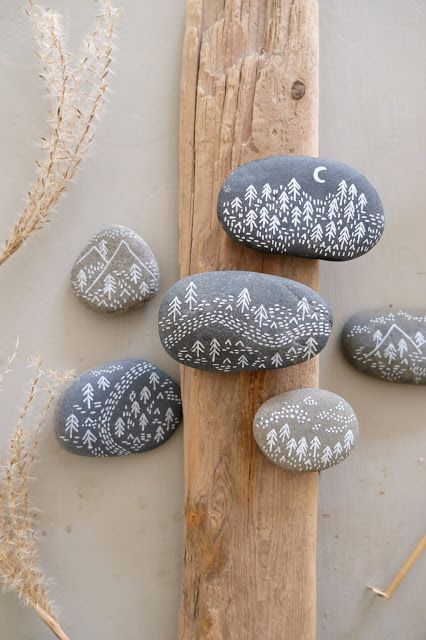 Bemalte Steine, die uns an Sommerferientage in Dänemark erinnern