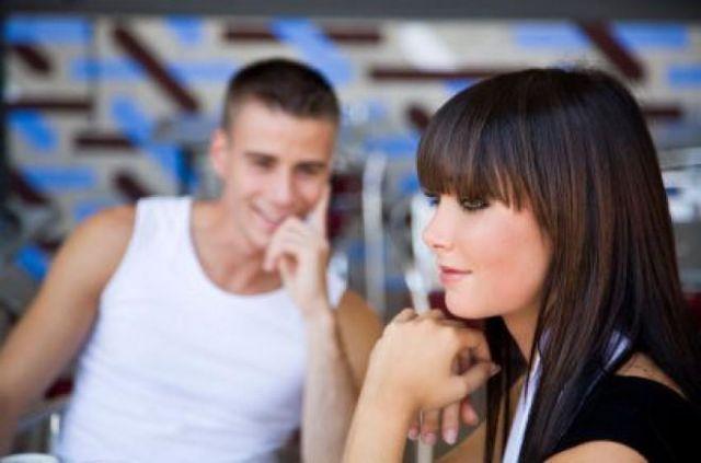 Mann flirtet mit jeder