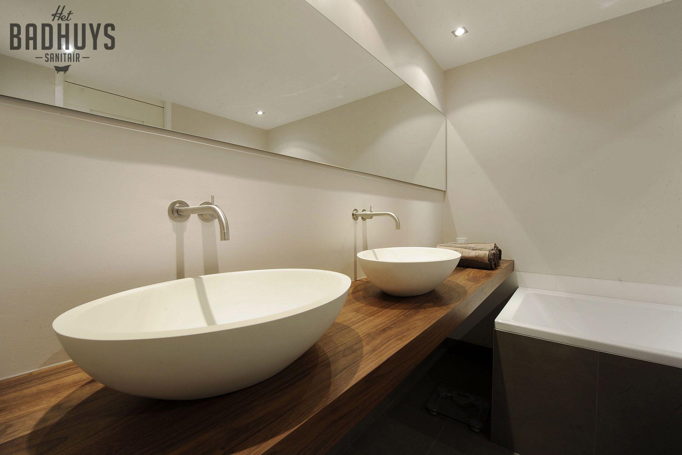 moderne badkamer met wastafel in notenhout het badhuys breda