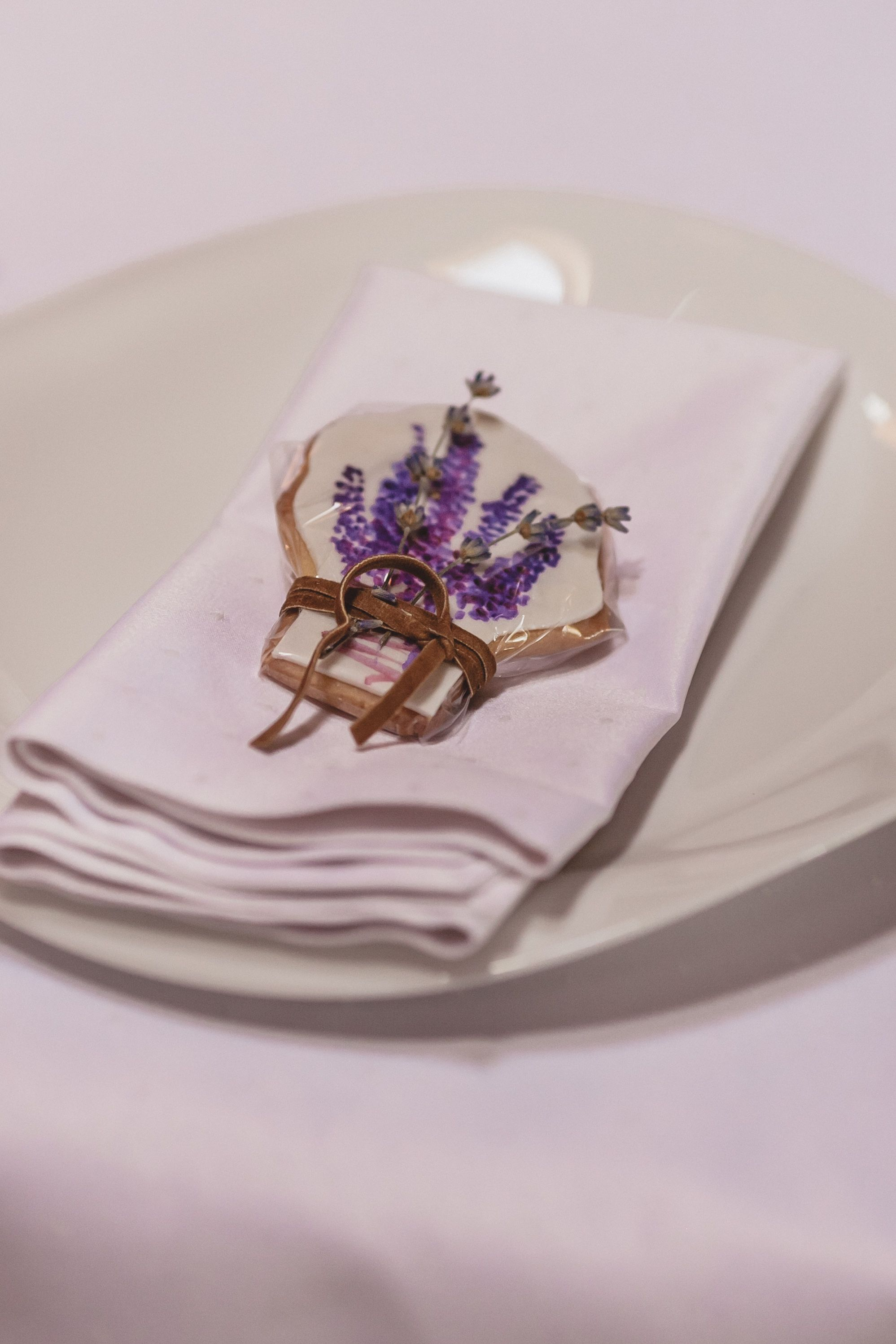 wedding decor, wedding table setting, flowers, numeration table decor, нумерация столов, сервировка стола, свадебный декор столов, места для гостей