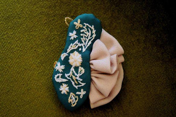 着物の帯の柄を取り入れた柄のトリさんブローチ。くちばしは小さなビーズです。ストールや、帽子、服、帯留めなど、いろんなところにトリさんがとまります。【サイズ】約...|ハンドメイド、手作り、手仕事品の通販・販売・購入ならCreema。