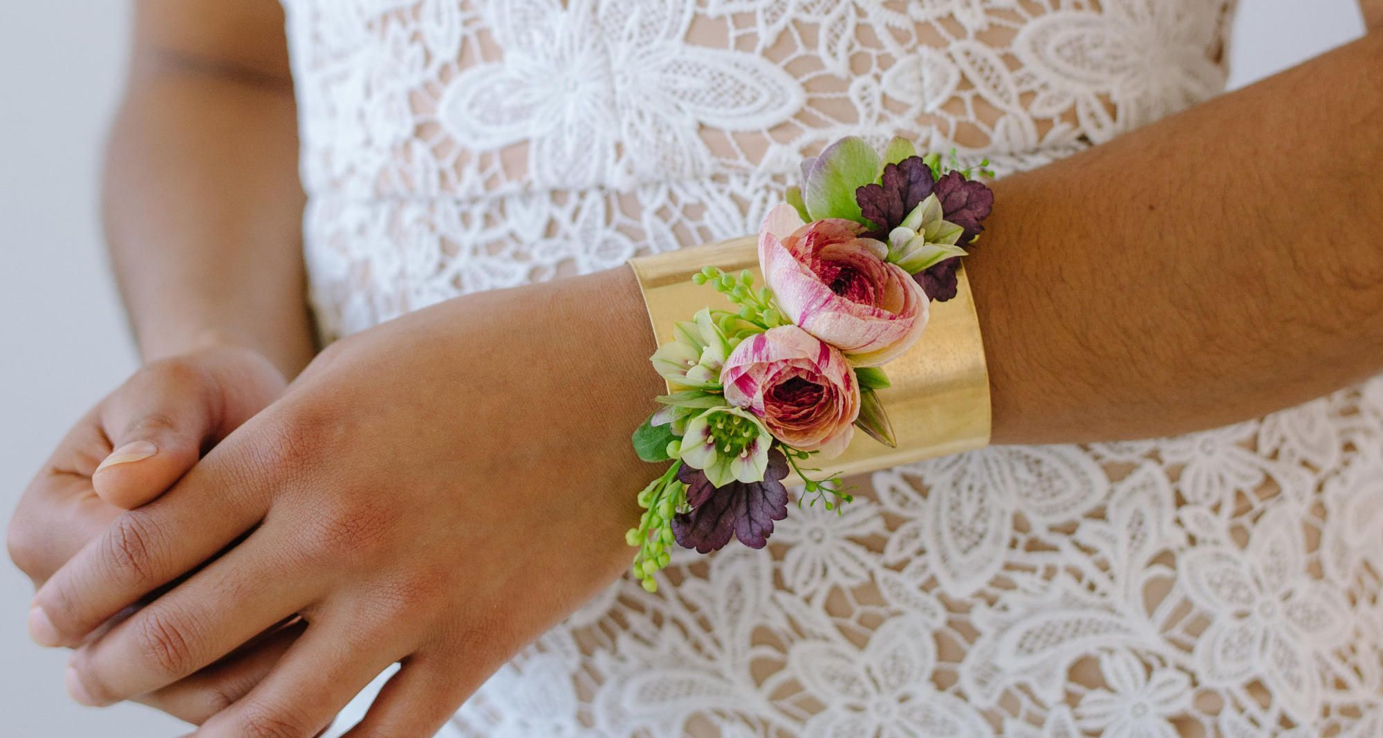 Learn To Love Living Jewelry The Techniques In This Tutorial Will Allow You To Design Gorgeous Living Succulent Jewelry D Floral Design Floral Wedding Pins