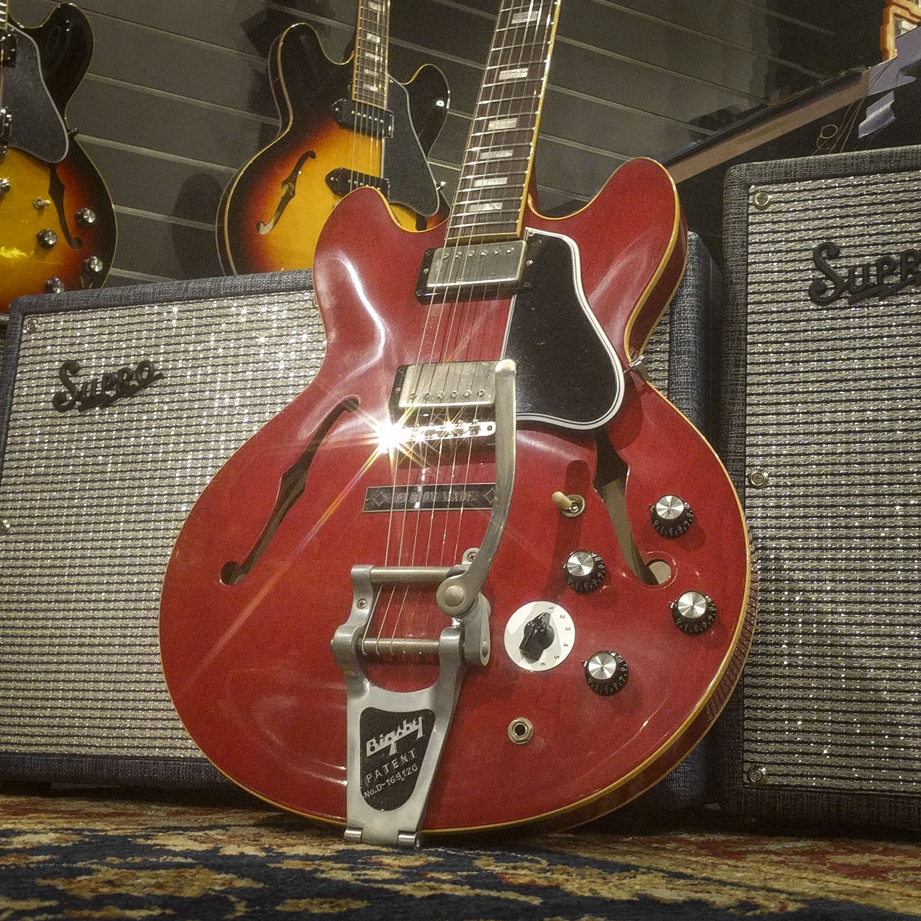 Gibson Is Back 2018 Es 335 1963 Bigsby Varitone Limited Edition Sixties Cherry Gibson Gibsonguitars Gibsones G Gibson Guitars Electric Guitar Guitar