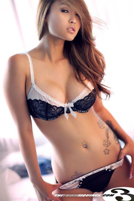 Schöne asiatische Alina Li Fingern sich