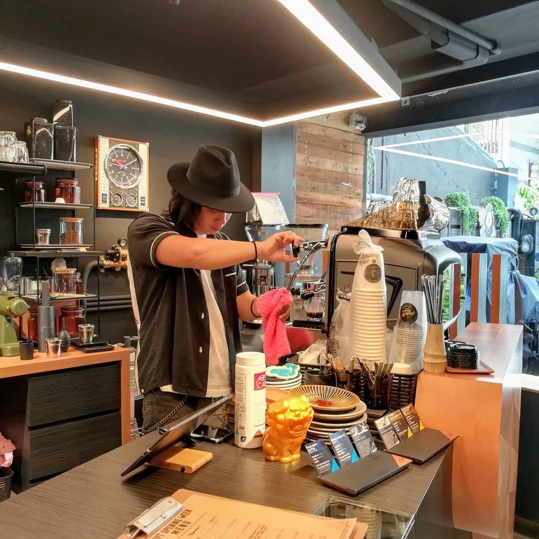 國際咖啡日來杯咖啡吧! 搖滾安迪從行動車變身實體店,充滿黑色搖滾的靈魂,讓人忍不住也想搖搖,拿鐵好喝。
