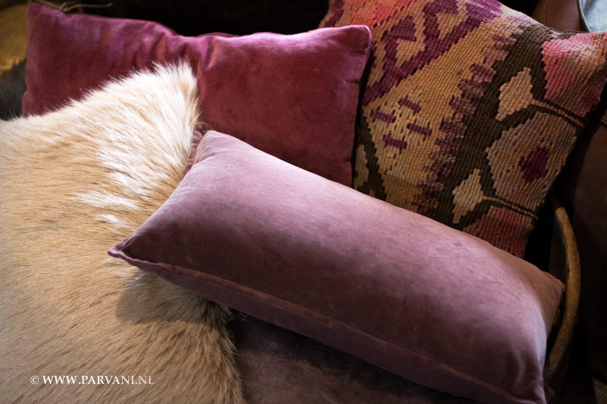 Kussen Oud Roze : Parvani kussens oud roze geitenvacht velours kelim cicim