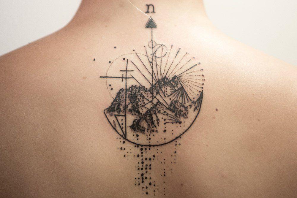 Les Tatouages Mystiques Et Geometriques De Mowgli Tatouage Tatouages Boussole Geometrie