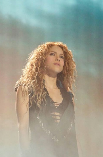 Pin By Ari Parker On Shakira With Images Shakira Curly Hair