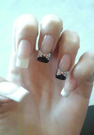 Uñas puntas color negro y blanco-piedras de cristal